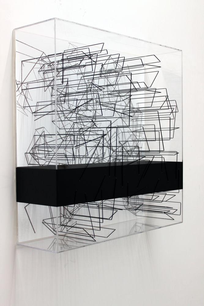 Assecondare il caos, box in plexiglass, vinile e filo elastico, 50x50x14cm, 2014