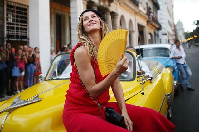 21-Gisele a Cuba per la sfilata Chanel Cruise 2016 -17