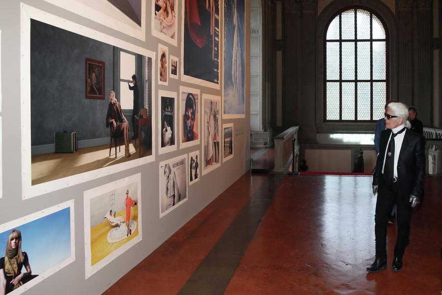1-Karl Lagerfeld visita la mostra Credits Studio Nonamephoto