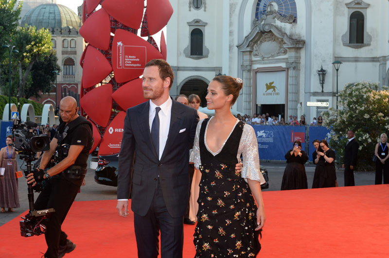1--Red_Carpet_-_The_LIght_Between_Oceans_-_Michael_Fassbender_-_Alicia_Vikander_-_la_Biennale_di_Venezia_-_foto_ASAC__2_-(1)