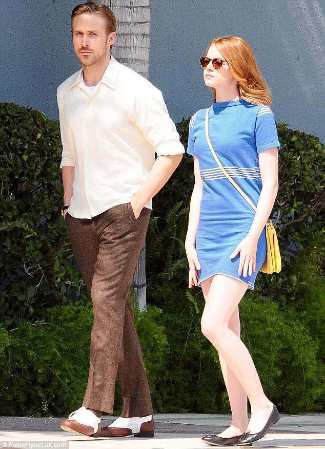 11- Ryan e Emma sul set in abiti moderni ma dal sapore retr+¦