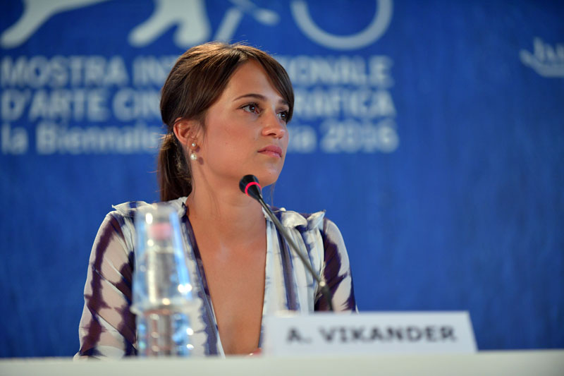 28-Press_Conference_-_The_Light_Between_Oceans_-_Alicia_Vikander_-_la_Biennale_di_Venezia_-_foto_ASAC