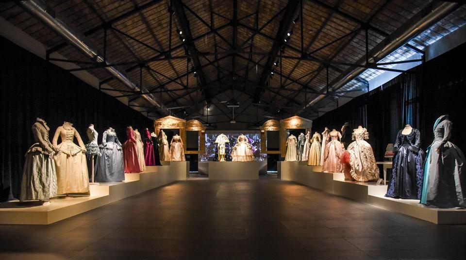 """""""Marie Antoinette. I costumi di una regina da Oscar"""" Fondazione Museo del Tessuto di Prato"""