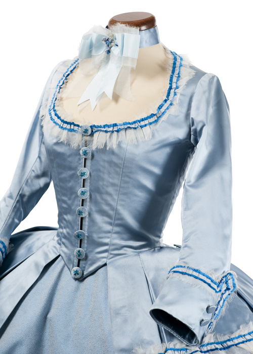 Marie Antoinette. I costumi di una regina da Oscarè organizzata dalla Fondazione Museo del Tessuto di Prato