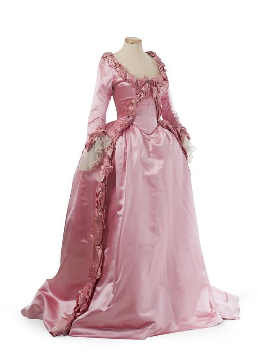 """""""Marie Antoinette. I costumi di una regina da Oscar""""è organizzata dalla Fondazione Museo del Tessuto di Prato"""